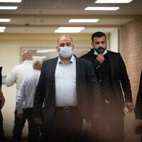 """יושב ראש רע""""ם מנסור עבאס במסדרונות הכנסת, 26 באפריל 2021 (צילום: יונתן זינדל, פלאש 90)"""