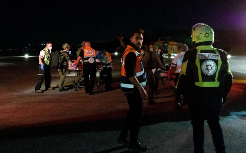 פינוי פצועים לאחר האסון בהילולת הרשב״י במירון, 30 באפריל 2021 (צילום: Flash90)