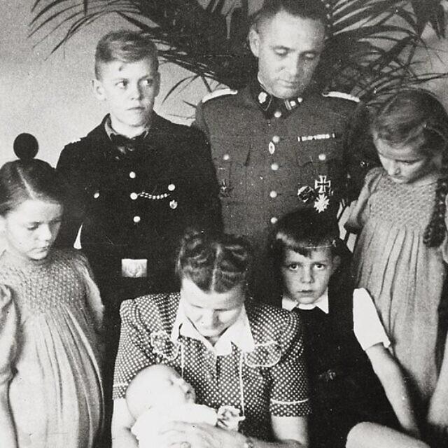 משפחת הס בצילום מאושוויץ, הדוויג הס יושבת