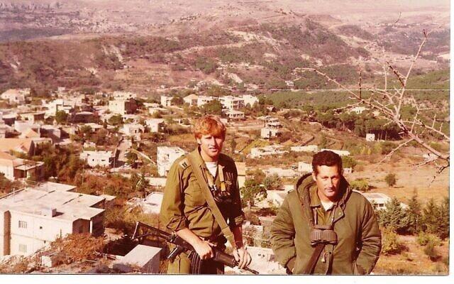 מימין אבא בני, סא״ל מג״ד שריון עם מפקד המחלקה סגן רן ירום. צולם בהמשך המלחמה, לבנון 1982