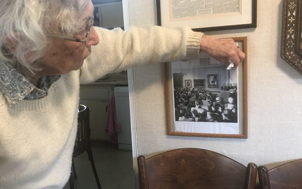יעל מדיני בביתה ברמת גן, מצביעה עם קיסם על התמונה מהכרזת העצמאות (צילום: אמיר בן-דוד)