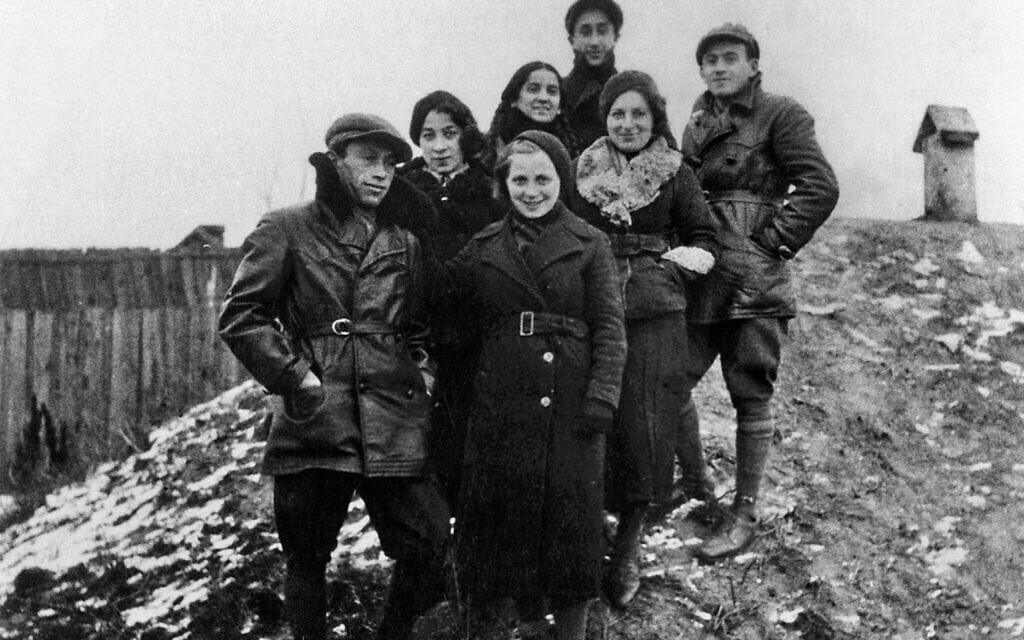 חברים בקומונה בביאליסטוק במחנה אימונים, 1938. פרומקה פלוטניקה עומדת, שנייה מימין (צילום: ארכיון לוחמי הגטאות)