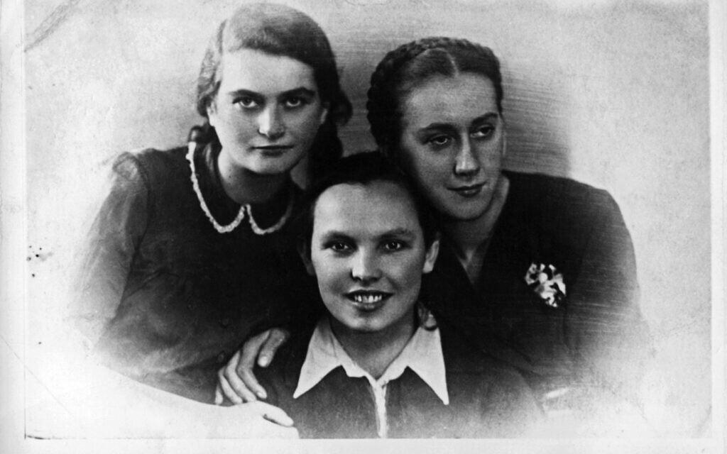 """לונקה קוזיברודסקה, בלה חזן ותמה שניידרמן במסיבת גסטפו, 1941 (צילום: ארכיון """"יד ושם"""")"""