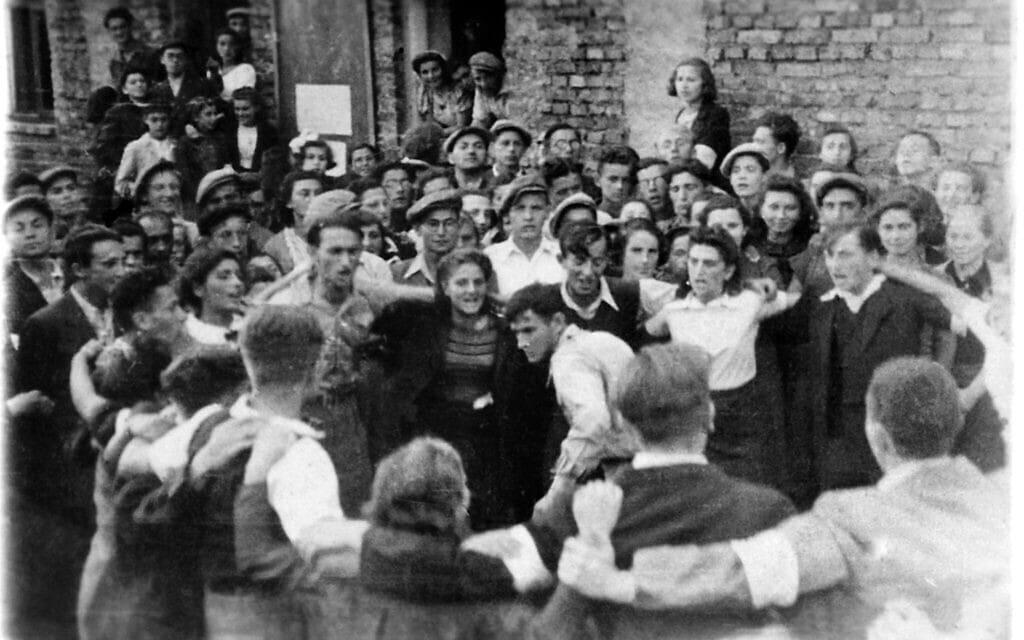 חברי תנועת נוער מתאמנים בחווה בבדזין, רוקדים הורה במסיבת יום הולדת של חיים נחמן ביאליק ב-1943 (צילום: ארכיון לוחמי הגטאות)