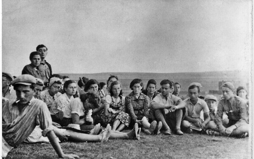 מפגש של ציונים צעירים בחוות חקלאות בבדז'ין במהלך המלחמה (צילום: ארכיון לוחמי הגטאות)