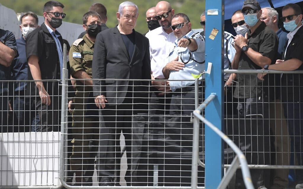 """ראש הממשלה בנימין נתניהו לצד המפכ״ל קובי שבתאי לאחר האסון במירון, 30 באפריל 2021 (צילום: קובי גדעון / לע""""מ)"""