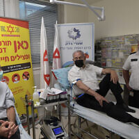 ראש הממשלה בנימין נתניהו תורם דם בבית החולים שערי צדק בירושלים בעקבות האסון במירון, 30 באפריל 2021 (צילום: קובי גדעון/לע״מ)
