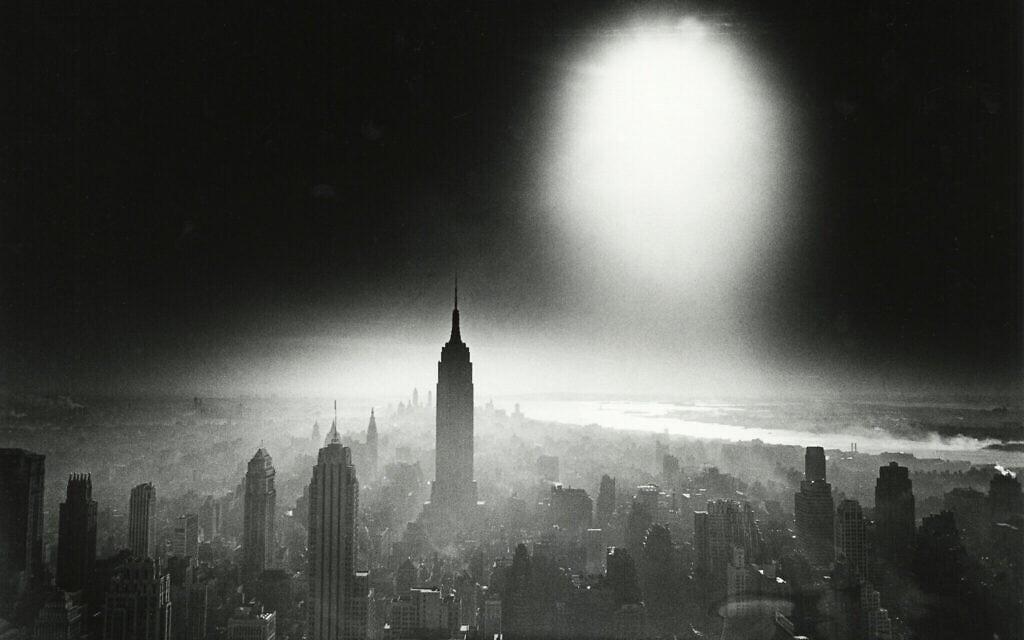 """""""שמי פצצת אטום"""", צילום של ויליאם קליין מ-1955 (צילום: Howard Greenberg Gallery/ William Klein/ The Jewish Museum)"""