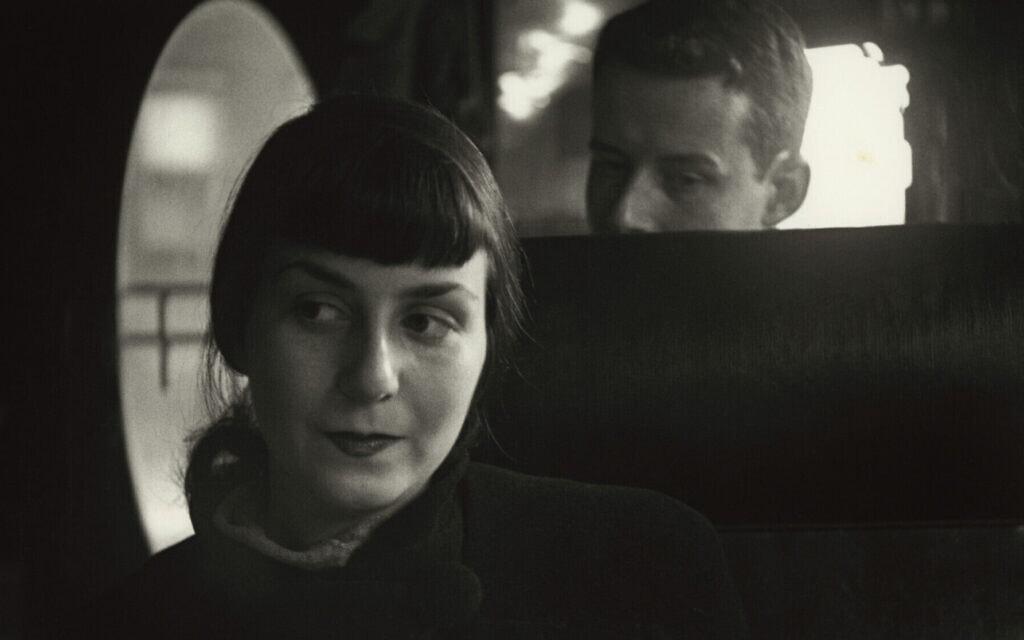 """""""דיק ואדל"""", צילום של סול לייטר מ-1947 (צילום: Saul Leiter Foundation/ courtesy Howard Greenberg Gallery/ The Jewish Museum)"""