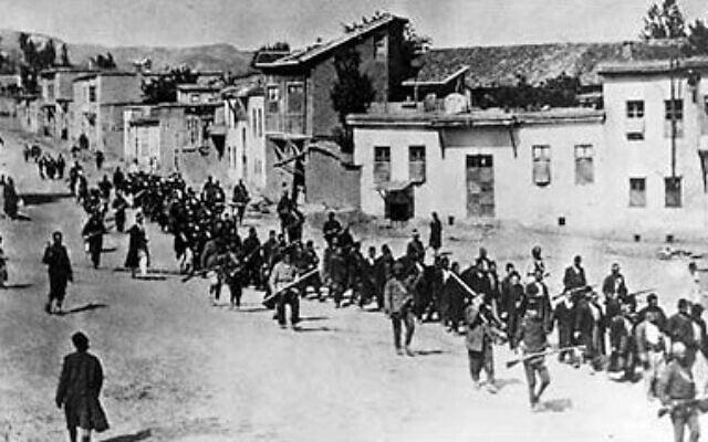 ארמנים מובלים לכלא סמוך לעיר אלאזיג שבמזרח טורקיה, 1915 (צילום: רשות הציבור)