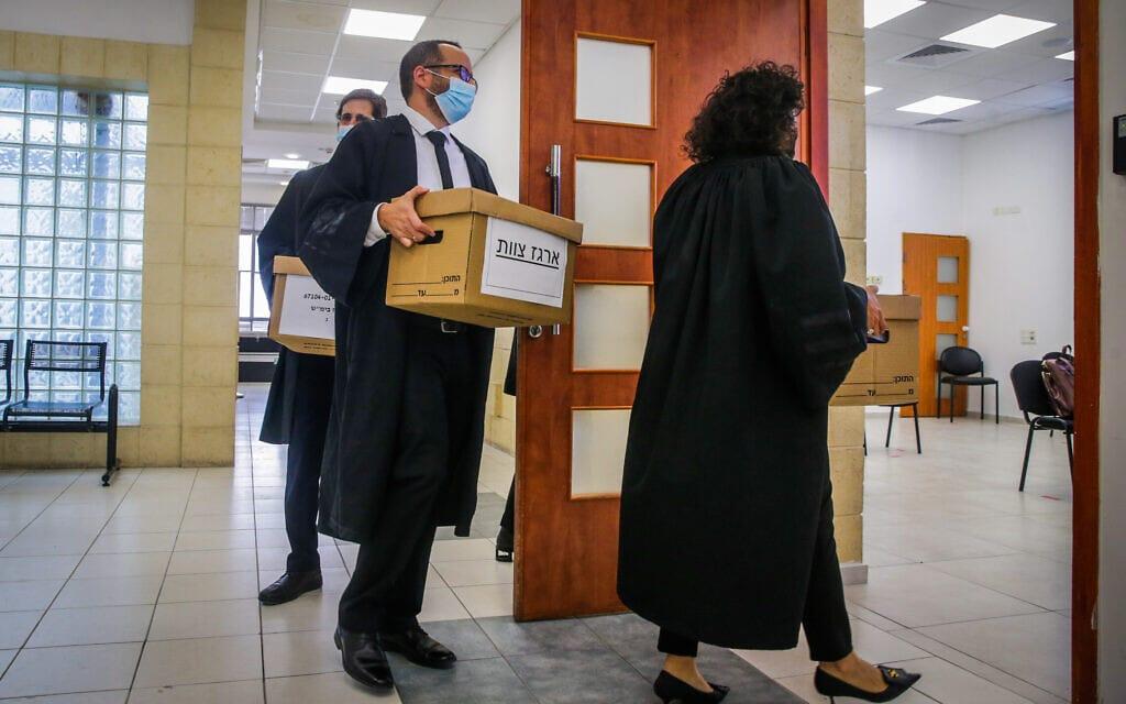עורכי הדין נושאים ארגזי ניירת לאולם בית המשפט המחוזי בירושלים, במשפט נתניהו, 5 באפריל 2021 (צילום: אורן בן חקון/פול)