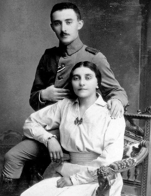 משה שרת בזמן ששירת בצבא הטורקי בצילום משותף עם אחותו, רבקה, 1918 (צילום: הארכיון הציוני המרכזי)