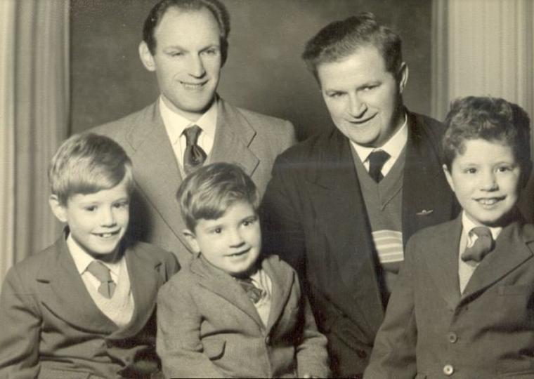 ג'ון קאר, מימין, כילד עם אביו הנרי קאר (חיים הירשמן) לשמאלו. בצד שמאל דודו של ג'ון, נתן הירשמן, שביקר באנגליה מחיפה (צילום: באדיבות ג'ון קאר)