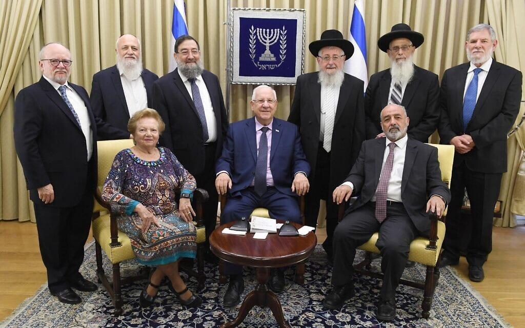 """זוכי פרס ישראל לשנת 2017 עם נשיא המדינה ראובן ריבלין. הרב יעקב אריאל עומד, שני מימין (צילום: מארק ניימן/לע""""מ)"""