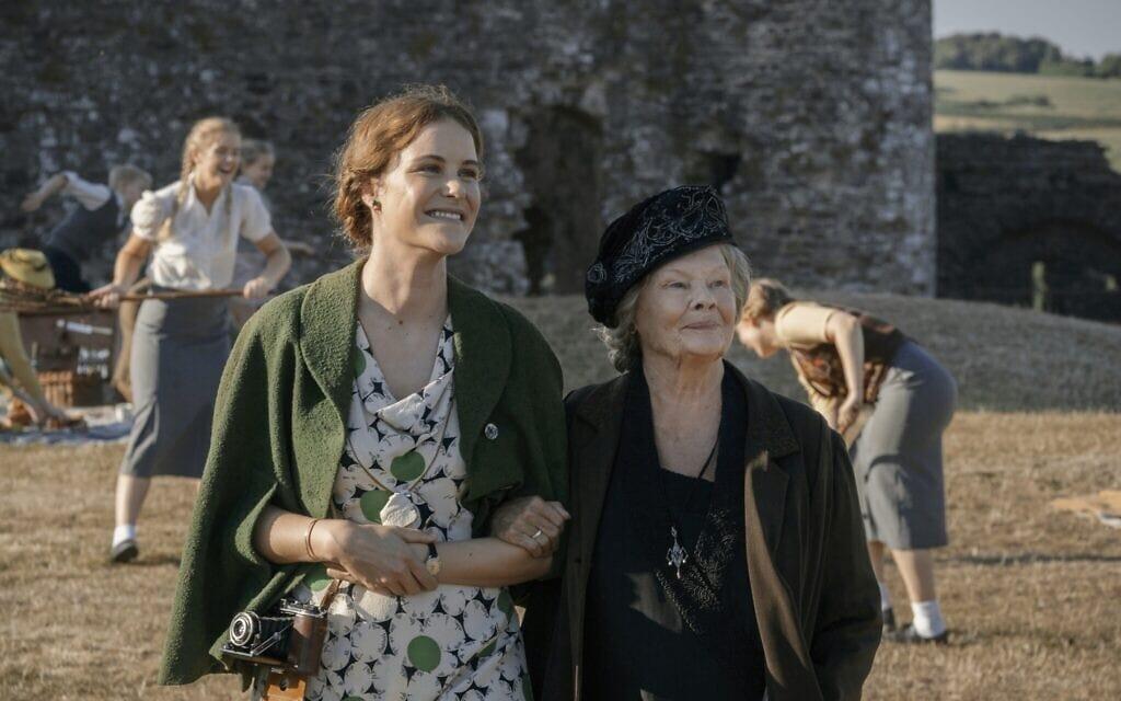 """ג'ודי דנץ' וקרלה ג'ורי בסרט """"שש דקות לחצות"""" (צילום: IFC Films)"""