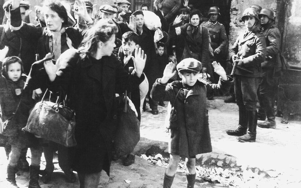 ילד מרים ידיים בעת הוצאת יהודים מהבונקרים בזמן הכנעת המרד בוורשה, 1943