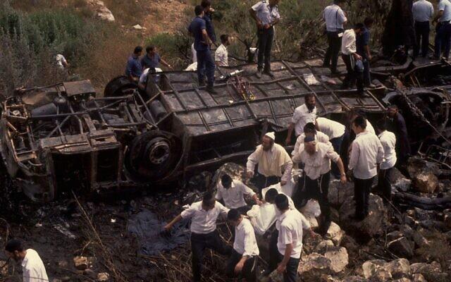 """הפיגוע בקו 405, 6 ביולי 1989 (צילום: זק""""א)"""