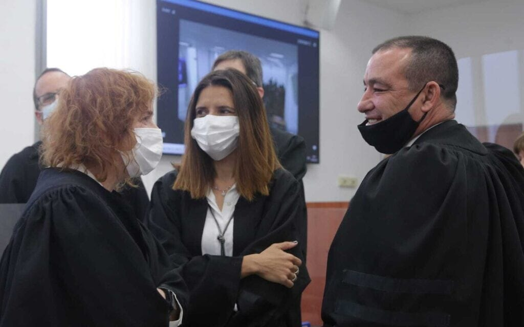 """עו""""ד ז'ק חן (מימין), המייצג את שאול אלוביץ', עם התובעת ליאת בן-ארי (משמאל) בבית המשפט המחוזי בירושלים, 5 באפריל 2021 (צילום: אורן בן חקון/פול)"""