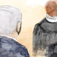 התובעת ליאת בן-ארי נואמת את דברי הפתיחה במשפט תיק האלפים כשהיא בגבה לראש הממשלה בנימין נתניהו (איור: Biana Zakutnik)