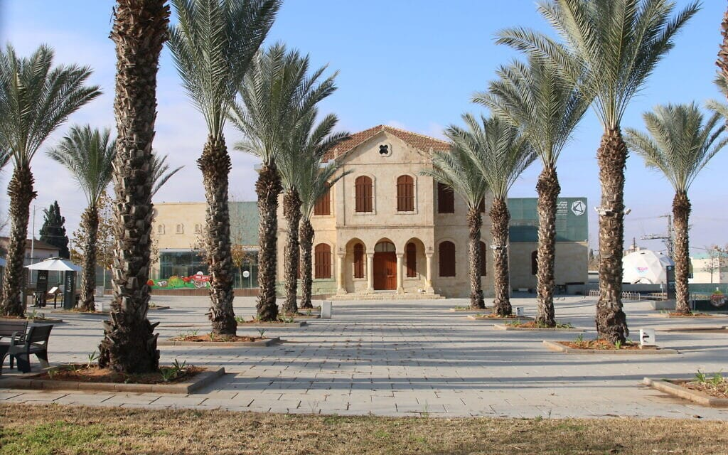 מה שהיה פעם בית הספר הממשלתי של באר שבע הוא עכשיו פארק קרסו למדע (צילום: שמואל בר-עם)