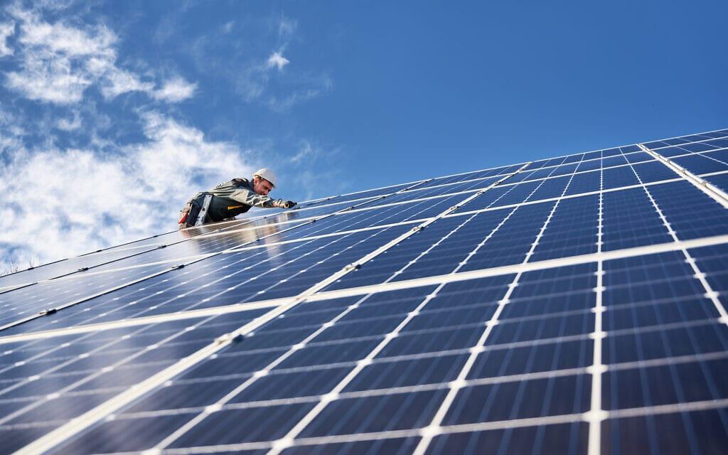 התקנת פאנלים סולאריים על גג בית. אילוסטרציה (צילום: iStock)