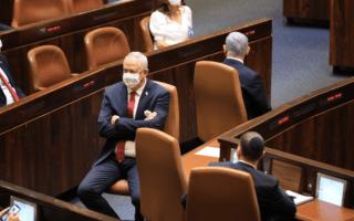 ראש הממשלה בנימין נתניהו וראש הממשלה החליפי בני גנץ ליד שולחן הממשלה במליאת הכנסת, 6 באפריל 2021 (צילום: תדמית הפקות, דוברות הכנסת)