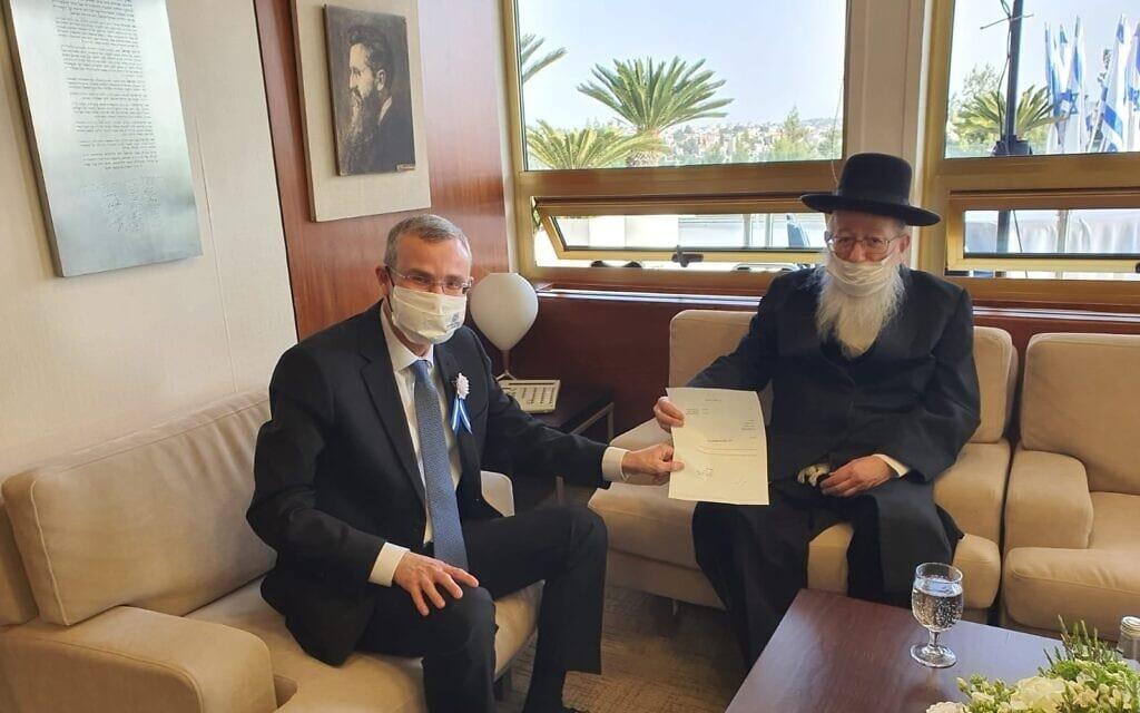 יעקב ליצמן מוסר ליושב ראש הכנסת יריב לוין את התפטרותו מהכנסת, 6 באפריל 2021 (צילום: דוברות הכנסת)