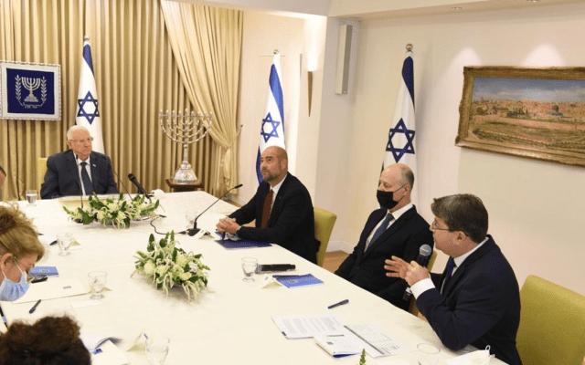 הנשיא ראובן ריבלין עם נציגי סיעת הליכוד אמיר אוחנה, צחי הנגבי ואופיר אקוניס, 5 באפריל 2021 (צילום: מארק ניימן / לע״מ)