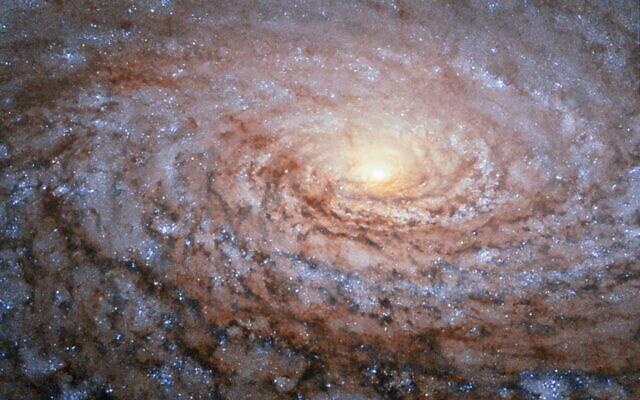 גלקסיה ספירלית M63, נמצאת במרחק של כ-29 מיליון שנות אור (צילום: טלסקופ החלל האבל, נאסא, אי.אס.אי)