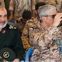 """מפקד משמרות המהפכה האסלאמית חוסיין סלאמי והרמטכ""""ל האיראני מוחמד בגהריי צופים בתרגיל מלחמה (צילום: Tasnim News Agency)"""