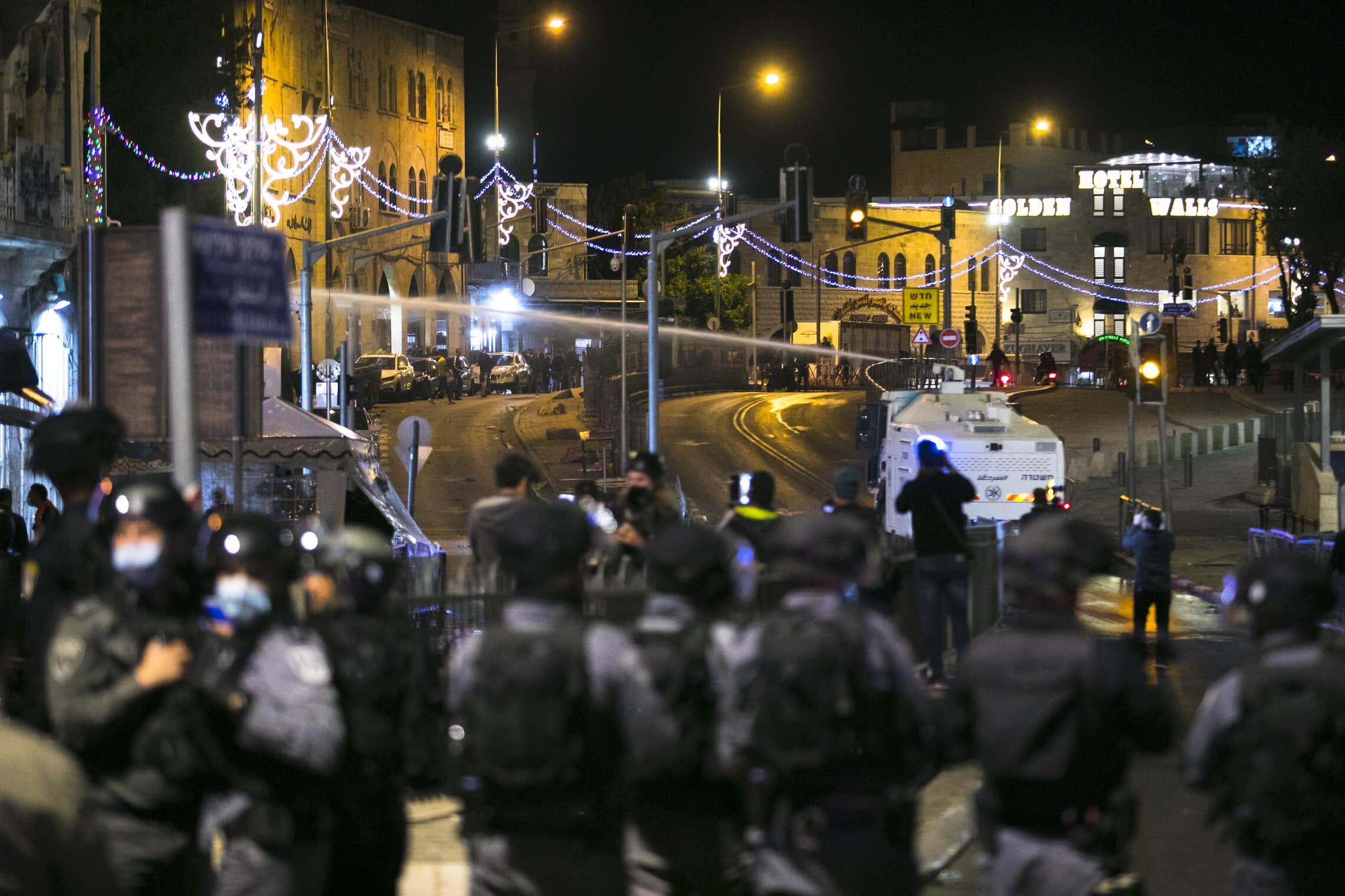 """שוטרי משטרת ישראל מאבטחים הפגנה של ארגון להב""""ה ליד שער שכם בעיר העתיקה בירושלים, 22 באפריל 2021 (צילום: אוליבייה פיטוסי/פלאש 90)"""
