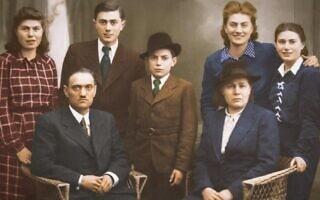 ברטה קוהוט ומשפחתה ב-1942, לפני שנשלחה לאושוויץ, ברטה שנייה מימין (צילום: באדיבות טום ארטון)