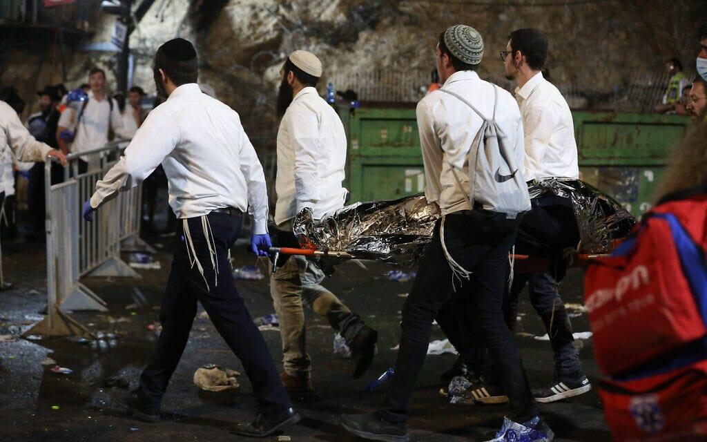 כוחות ההצלה מפנים הרוג אחרי אסון ההילולה במירון, 29 באפריל 2021 (צילום: דוד כהן, פלאש 90)