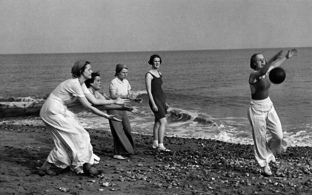 תלמידות קולג' אוגוסטה ויקטוריה משחקות על חוף הים ב-1935 (צילום: באדיבות מוזיאון בקסהיל)