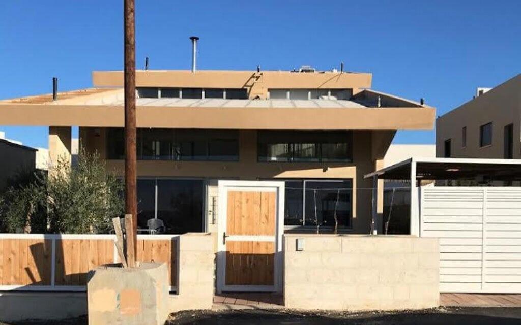 ביתו של שאול נבו בשכונת השחר בדימונה. על הגג ממתין השטח המיועד להתקנת פאנלים סולאריים (צילום: שאול נבו)