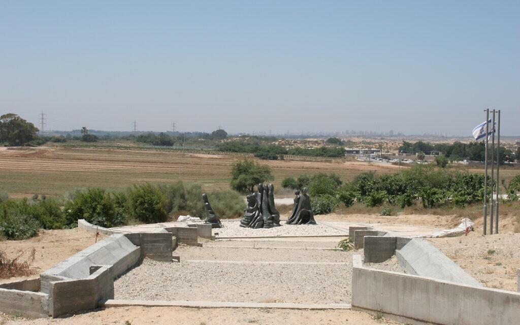 האנדרטה לזכר הנשים הלוחמות שנפלו במלחמת העצמאות בקיבוץ ניצנים (צילום: שמואל בר-עם)