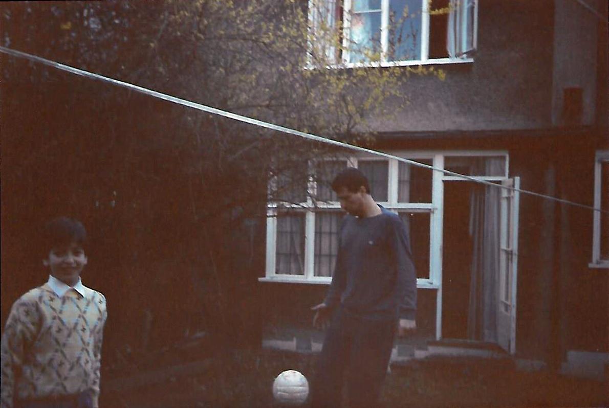 """סופר """"דבר"""" בלונדון דרור שרביט ובנו עומר בביתם בלונדון ב-1986"""