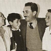 """משה שרת עם בתו יעל, בנו חיים ואשתו ציפורה, 1946 (צילום: ארכיון קק""""ל)"""