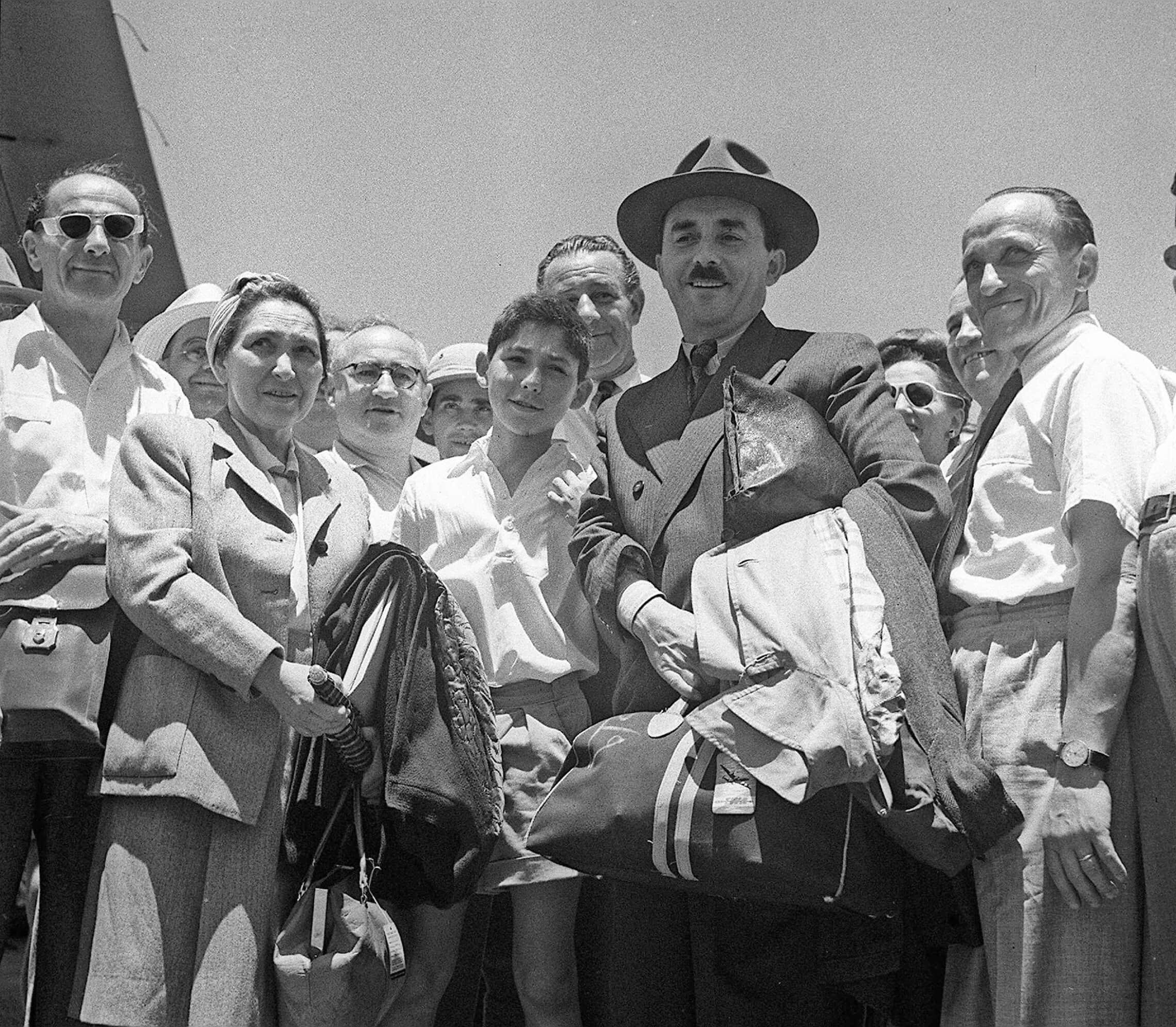"""משה שרת מתקבל בשובו מארה""""ב בנמל התעופה בלוד על ידי בנו חיים ורעייתו ציפורה, יוני 1947 (צילום: הנס פין/לע""""מ)"""