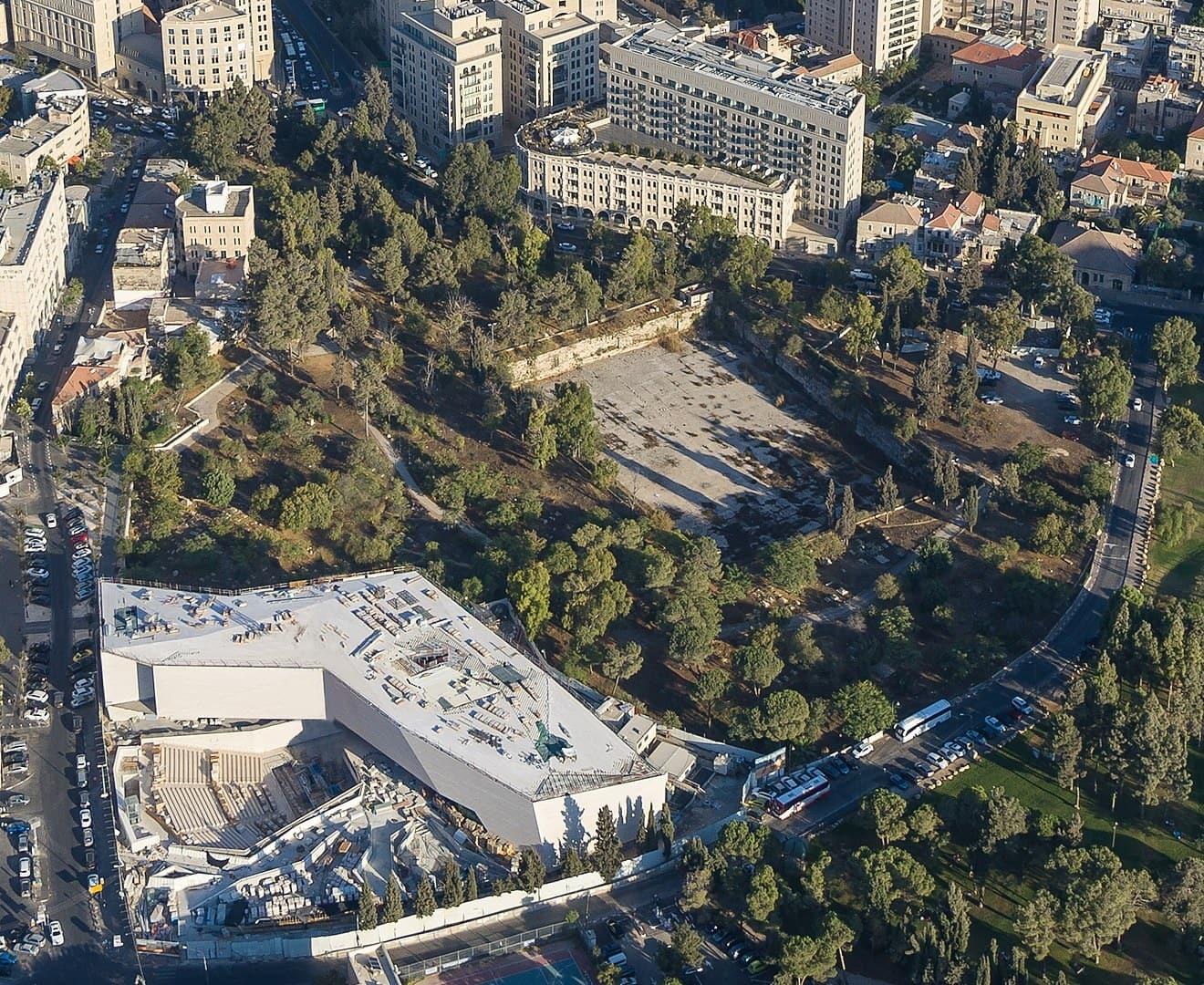 מבט-על על המוזאון לסובלנות בממילא, ירושלים (צילום: Dchaseb, CC BY-SA 4.0, Wikimedia Commons)