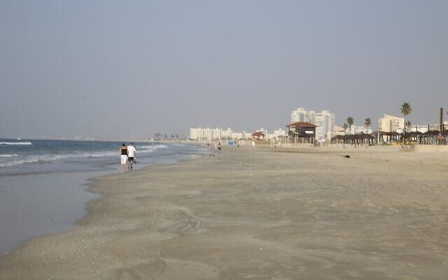 החוף ב-2014. לפני בניית הנמל, היה מרחק של כ-50 מטר מהסוכה לקו המים (צילום: הפורום הישראלי לשמירה על החופים)
