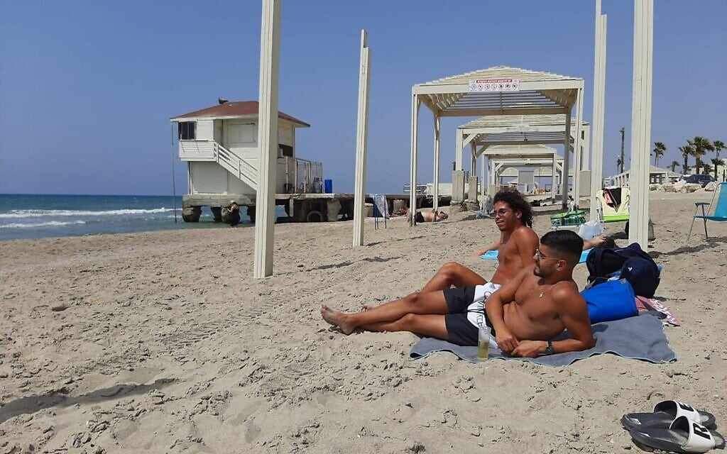 """מתרחצים בחוף. """"לפני 7 שנים היה פה חול מצויין"""", מאי 2021"""