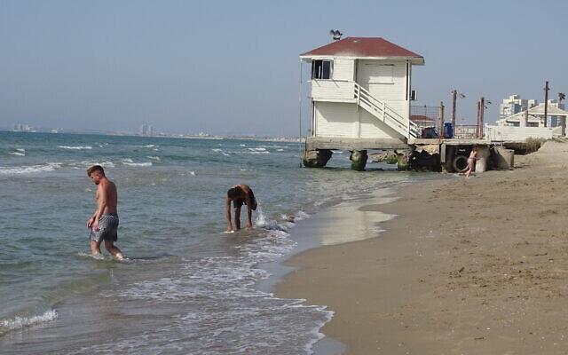 סוכל מציל בחוף קרית חיים. הבטון מתפורר מהקורוזיה, מאי 2021 (צילום: הפורום הישראלי לשמירה על החופים)