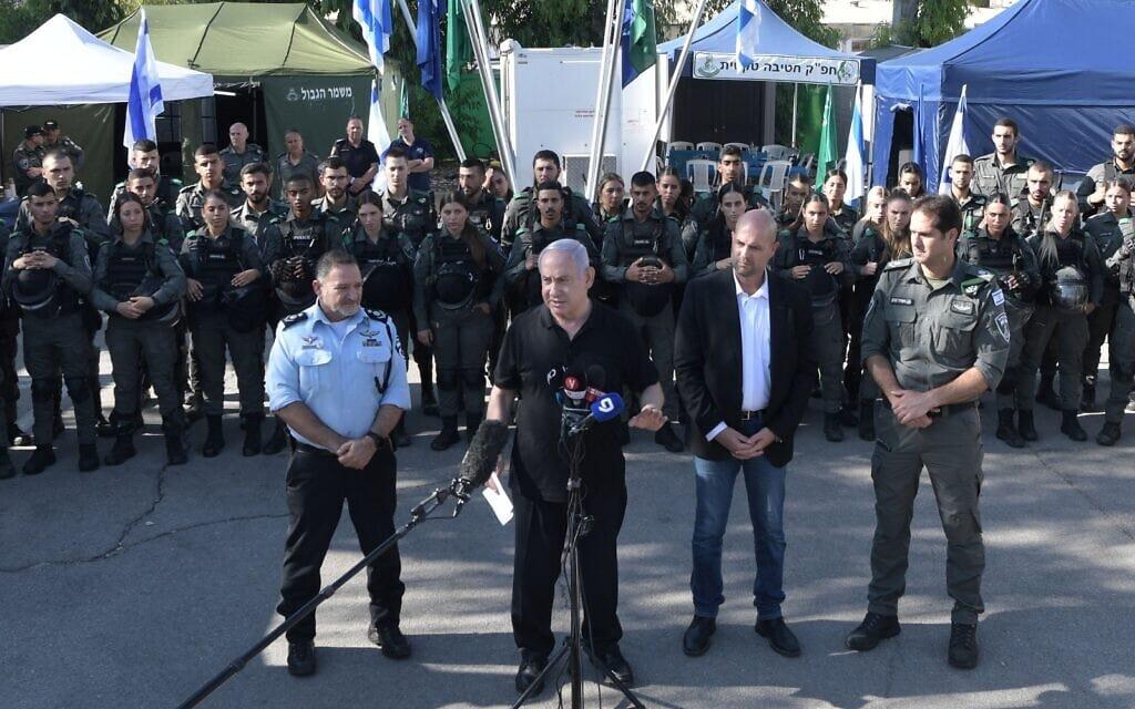 """ראש הממשלה בנימין נתניהו, השר לבטחון פנים אמיר אוחנה ומפכ""""ל המשטרה קובי שבתאי בבסיס מג""""ב בלוד, 13 במאי 2021 (צילום: קובי גדעון / לעמ)"""