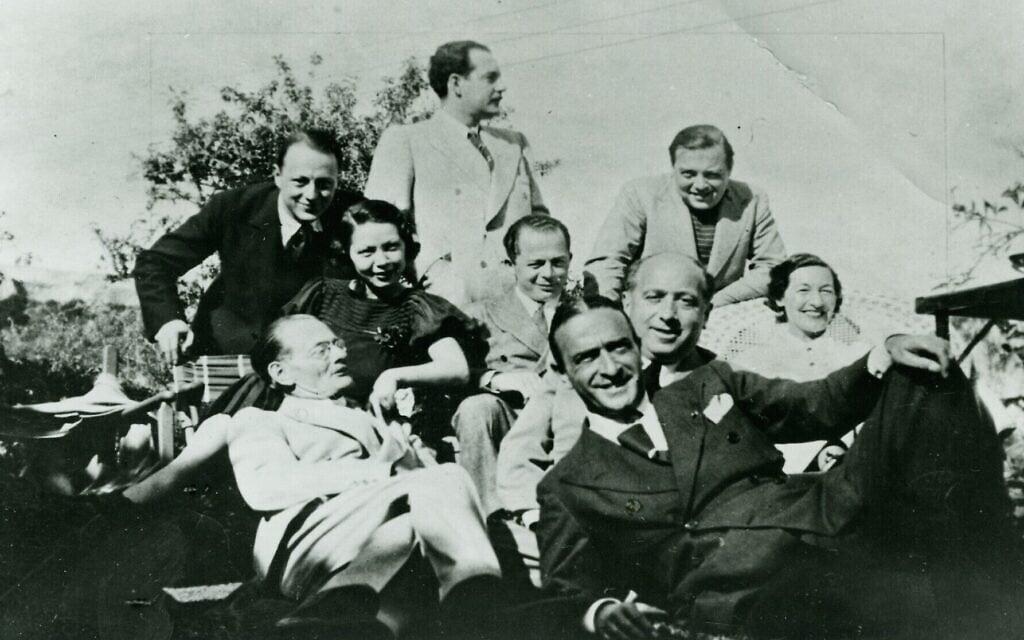 בילי ויילדר,במרכז, עם פליטים מאירופה שהגיעו להוליווד (צילום: Deutsche Kinemathek)