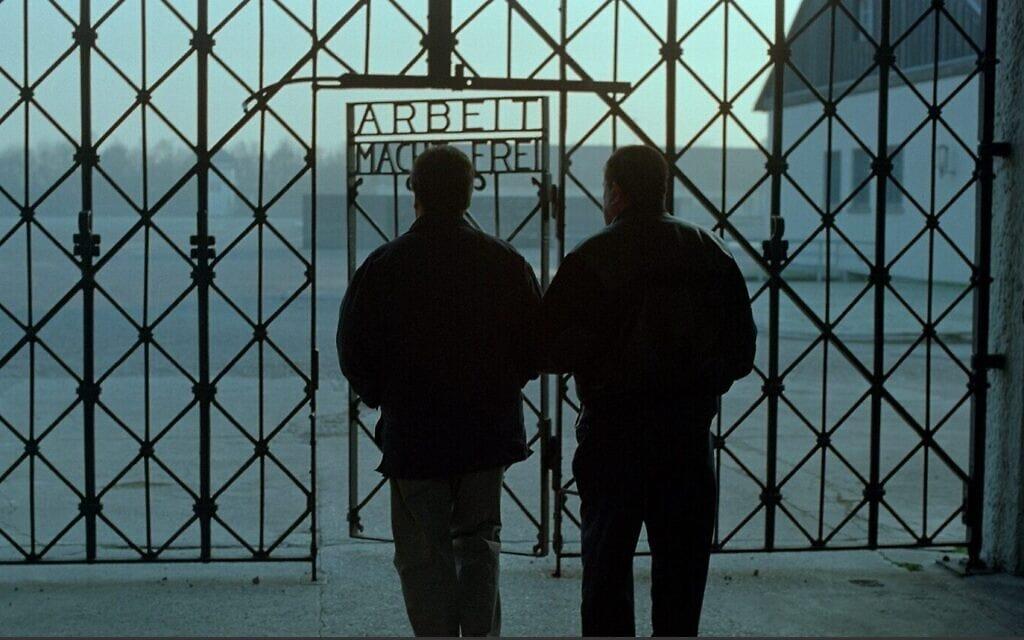 """ביל בש חוזר עם בנו מרטין למחנה הריכוז דכאו בגרמניה במסגרת הצילומים לסרט """"הימים האחרונים"""""""
