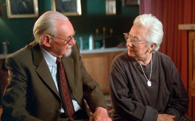 """רנה פיירסטון מדברת עם הרופא האנס מונץ' שפעל באושוויץ בסרט התיעודי """"הימים האחרונים"""""""