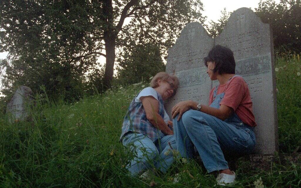 """איירין זיסבלט פוקדת את קברם של סבה ושל סבתה, יחד עם בתה רובין, בסרט """"הימים האחרונים"""""""