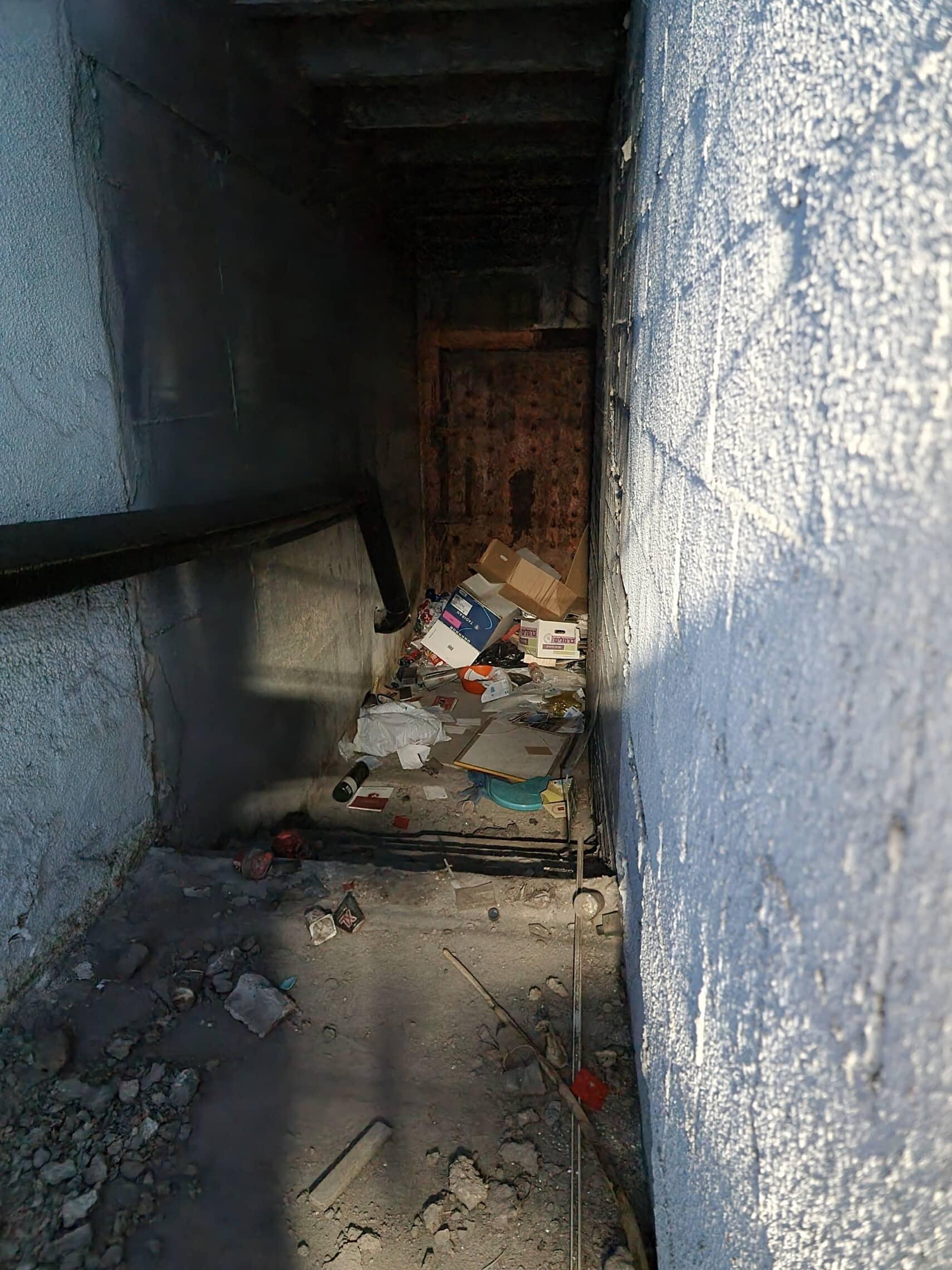 הכניסה למקלט הציבורי למרגלות כיכר אתרים בתל אביב (צילום: אביב לביא)