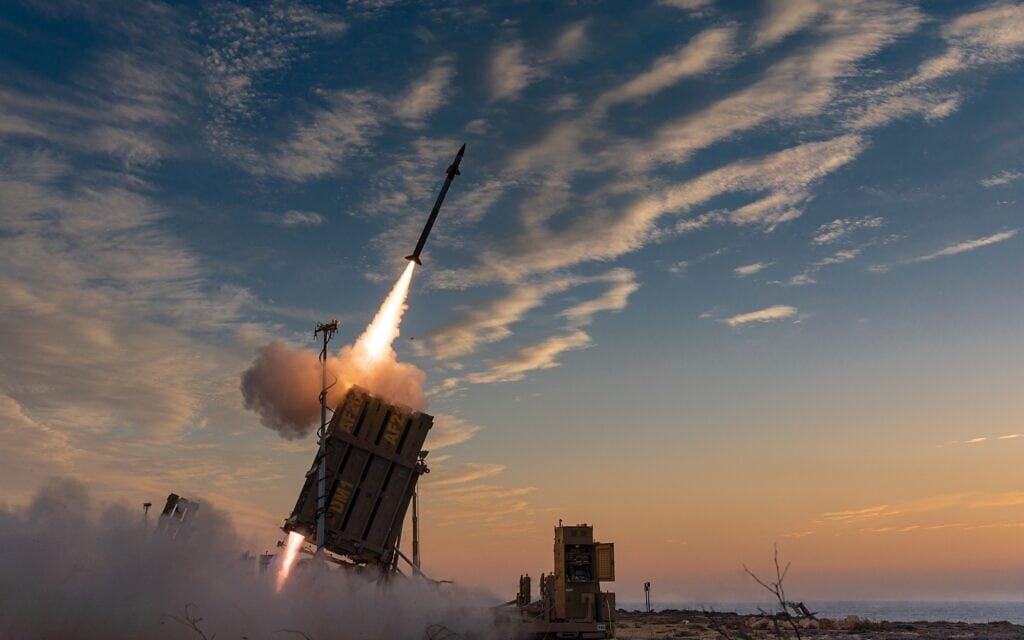 """סוללת כיפת ברזל בפעולה במהלך מבצע """"שומר החומות"""", 13 במאי 2021 (צילום: אביחי סוחר/דובר צה""""ל)"""